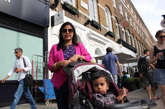 Park Plaza Sherlock Holmes London: Vidhi and Veeya Infront of the hotel