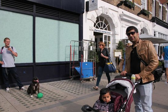 Park Plaza Sherlock Holmes London: Myself, Mohit Sehgal with Veeya infront of the hotel