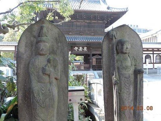 Sengaku-ji Temple: 山門と地蔵さん