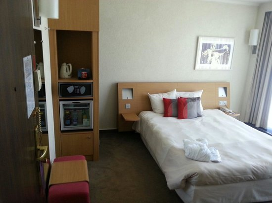 Novotel Geneve Centre: 6th floor double room - basic but ok