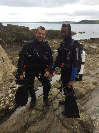 Dive Newquay : JT (instructor) and Bill heading under the water at Silver Steps (Falmouth)