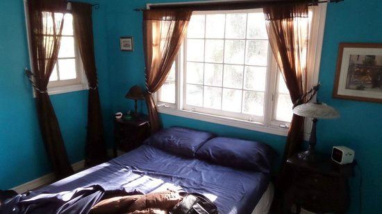 Elaine's Hollywood Bed and Breakfast: Camera stanza blu
