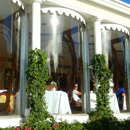 Sandals Royal Bahamian Spa Resort & Offshore Island : Curved windows at Baccarat