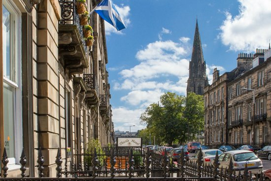 Edinburgh Thistle Hotel: FRONT OF HOTEL LOOKING UP TO SAINT MARY'S