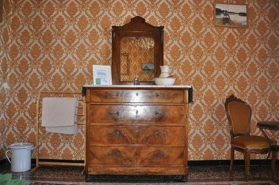 B&B Il Ciottolo: mobile antico con specchio camera doppia