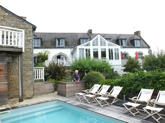 Hotel Le Lodge Kerisper: Hotell from pool & garden