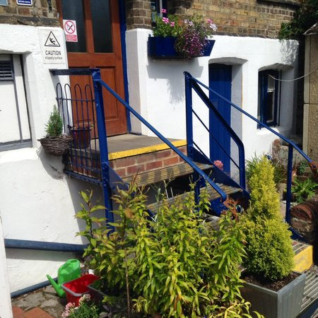 River Hotel: The rear entrance to the hotel with steps from the car park. Residents have 24 hour access to th