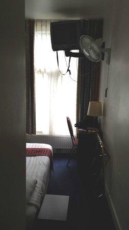 Hotel Alexander : Single room- view from door