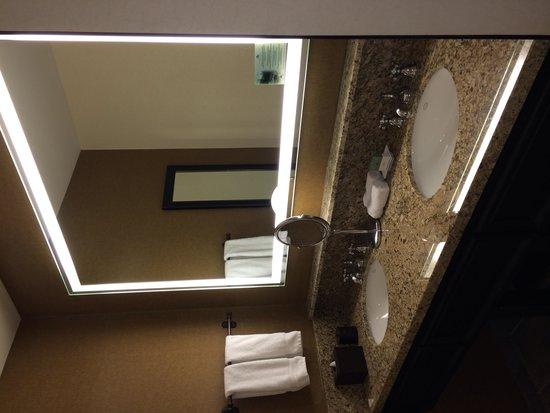 Vail Cascade Resort & Spa: Large separate vanity area of bathroom