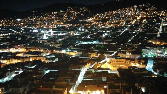 Jumbo Lodging: nite view of Quito from hilltop restaurant near hotel