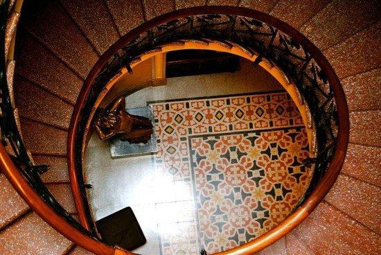 Detalle escalera de caracol.: fotografía de Museu Modernista Can Prunera, Sól...