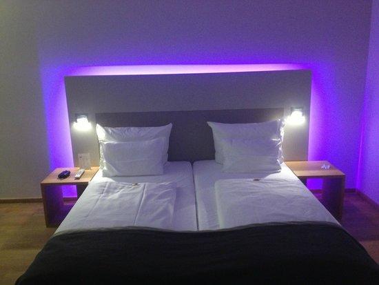 Indirekte Beleuchtung im Zimmer - Picture of Qube Hotel Heidelberg ...