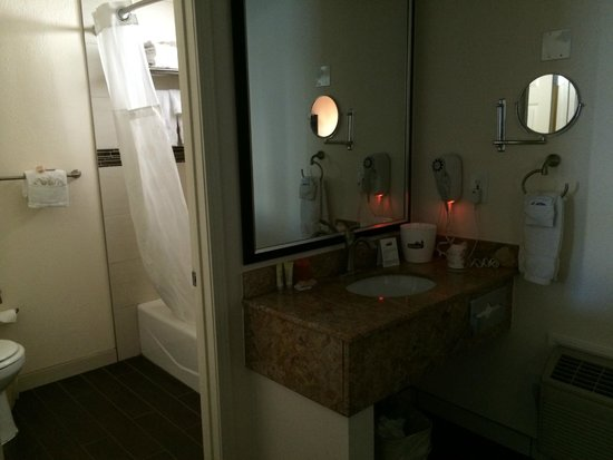 Park Vue Inn: Sink and bathroom in a recently renovated Double Queen Room