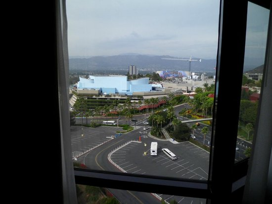 Hilton Los Angeles/Universal City : Dispicable me & simpsons from room