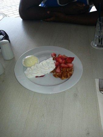 Taste of Belgium Restaurant: Belgian waffle... delicious!!