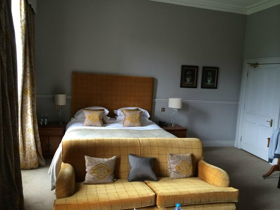 The Mount Somerset Hotel : Large King-sized bed