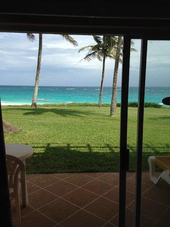 Coco Reef Resort Bermuda: sliding glass doors in room