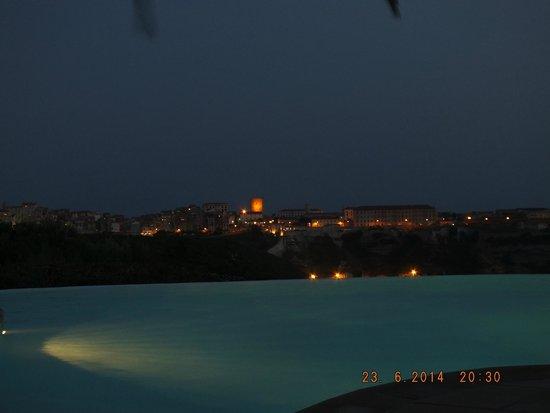 Résidence Terra Marina : Vue de la piscine sur Bonifacio à la tombée de la nuit