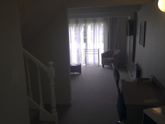 Lake Rotorua Hotel: Гостиная и лестница на 2-й этаж
