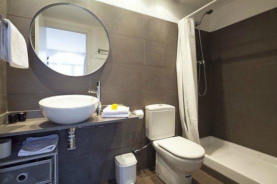 Inside Barcelona Apartments Sants: Sants 2 bedroom/Main Bathroom