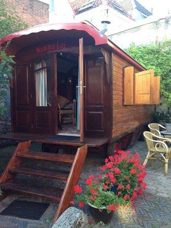 Hotel de Emauspoort : Caravan and garden.