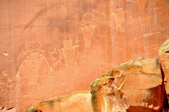 Capitol Reef Nationalpark, UT: Petroglyphs on a sheer wall are fascinating.