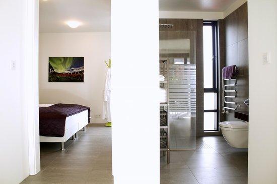 Reykjavik Harbour Apartments: Master bedroom and bathroom