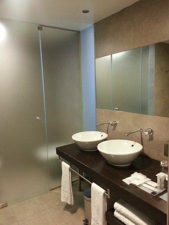 Barcelo Valencia: El baño: Dispone de ducha, dos lavabos y separado por una puerta el wc y el bidé