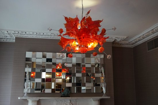 Hampton Hotel: loved the funky chandelier in the sitting room