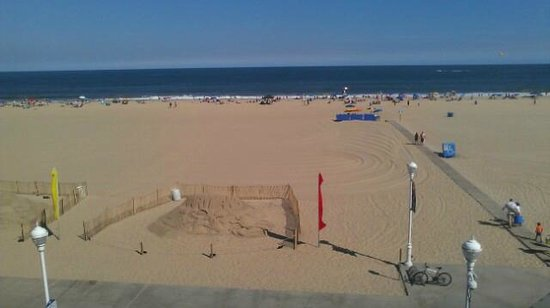 Ocean 1 Hotel and Suites: Beach in front of hotel
