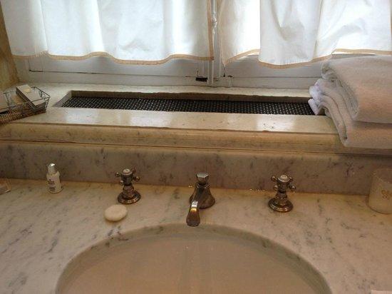 Château de Courcelles: Waschbecken, teilweise korrodierte Amateuren