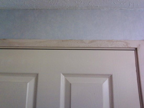 Comfort Inn Independence : Rust on the top of door frame