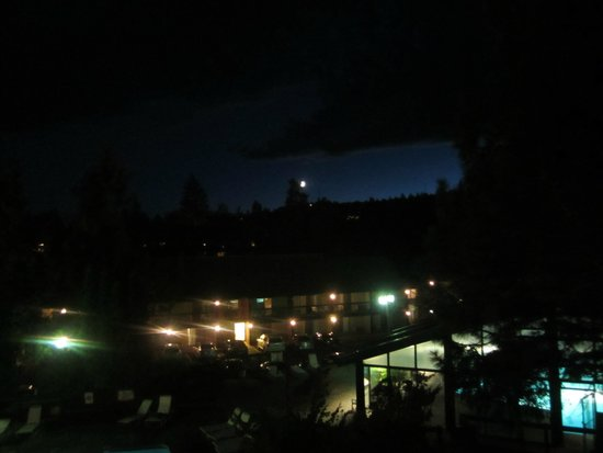 Riverhouse on the Deschutes: moon over the hotel