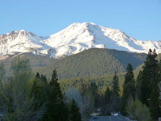 Shasta MountInn Retreat & Spa: View of Shasta from the street the inn is on