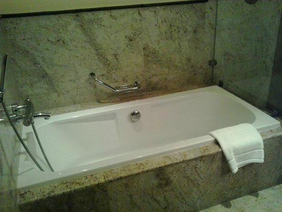 Radisson Blu Hotel, Doha: bathtub -villeroy & boch