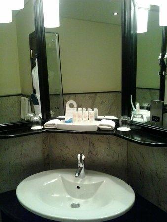 Radisson Blu Hotel, Doha: vanity unit