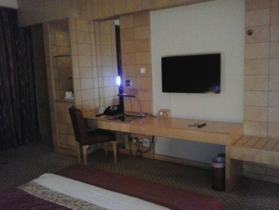 Radisson Blu Hotel, Doha: desk/work area
