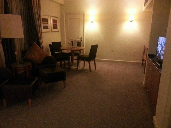 Crowne Plaza Stratford-Upon-Avon: lounge area in suite 2081