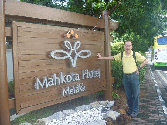 Mahkota Hotel Melaka: At the main entrance!