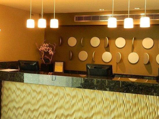 Le Montrose Suite Hotel: Front Desk