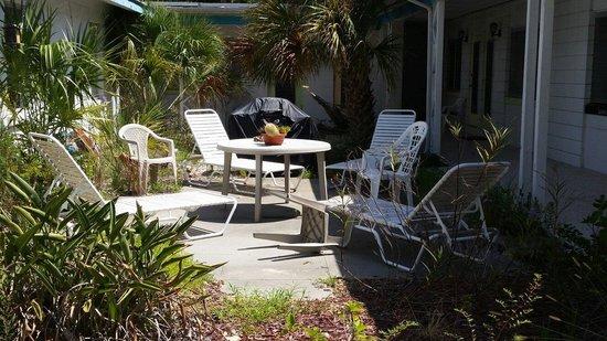 "Gulf Side Motel: The front ""garden"""