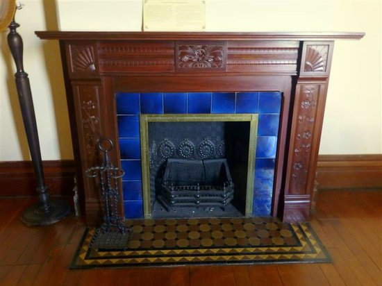 Flavel House Museum: Charcoal burnign fireplace in master bedroom
