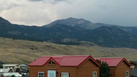 Rocky Mountain Campground: Cabin and view