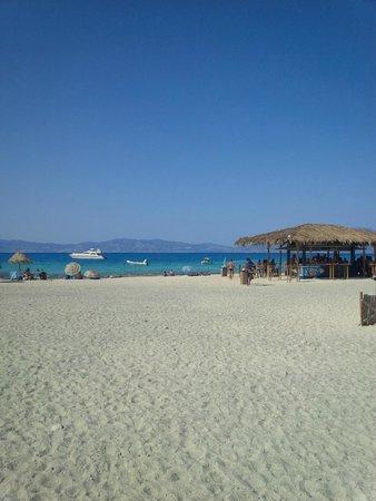 Chrissi Island : spiaggia con bar e ombrelloni (da evitare se cercate un po' di relax)