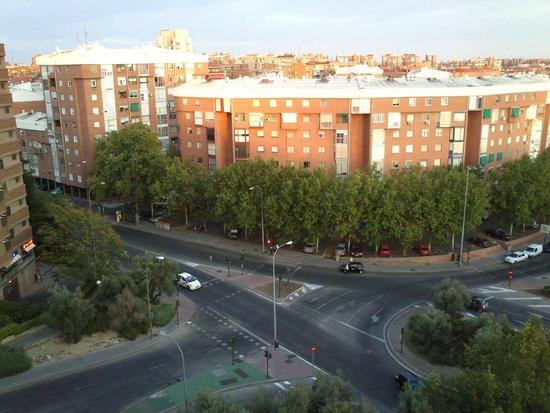 Novotel Madrid Puente de la Paz : Esquina donde para el autobús