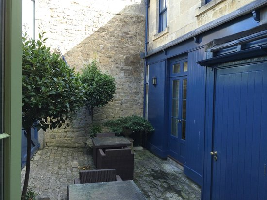 The Royal Crescent Hotel & Spa: Walled courtyard