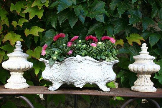 Le Manoir des Charmes: Garden ornament