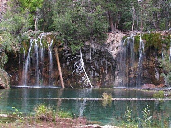 Hanging Lake Trail : The hanging lake and waterfall