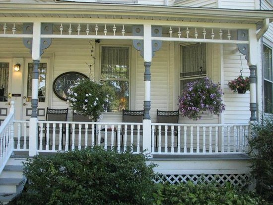 Stonegate Bed and Breakfast: Charming front porch
