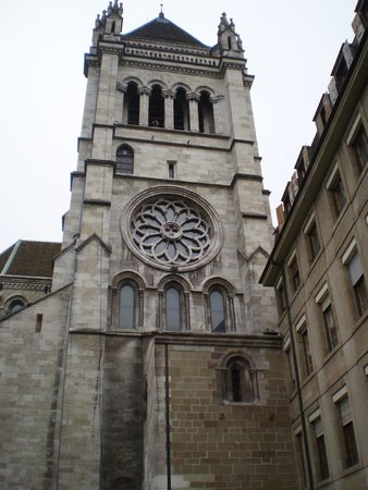 Cathedrale de St-Pierre : Outside the Cathedrale